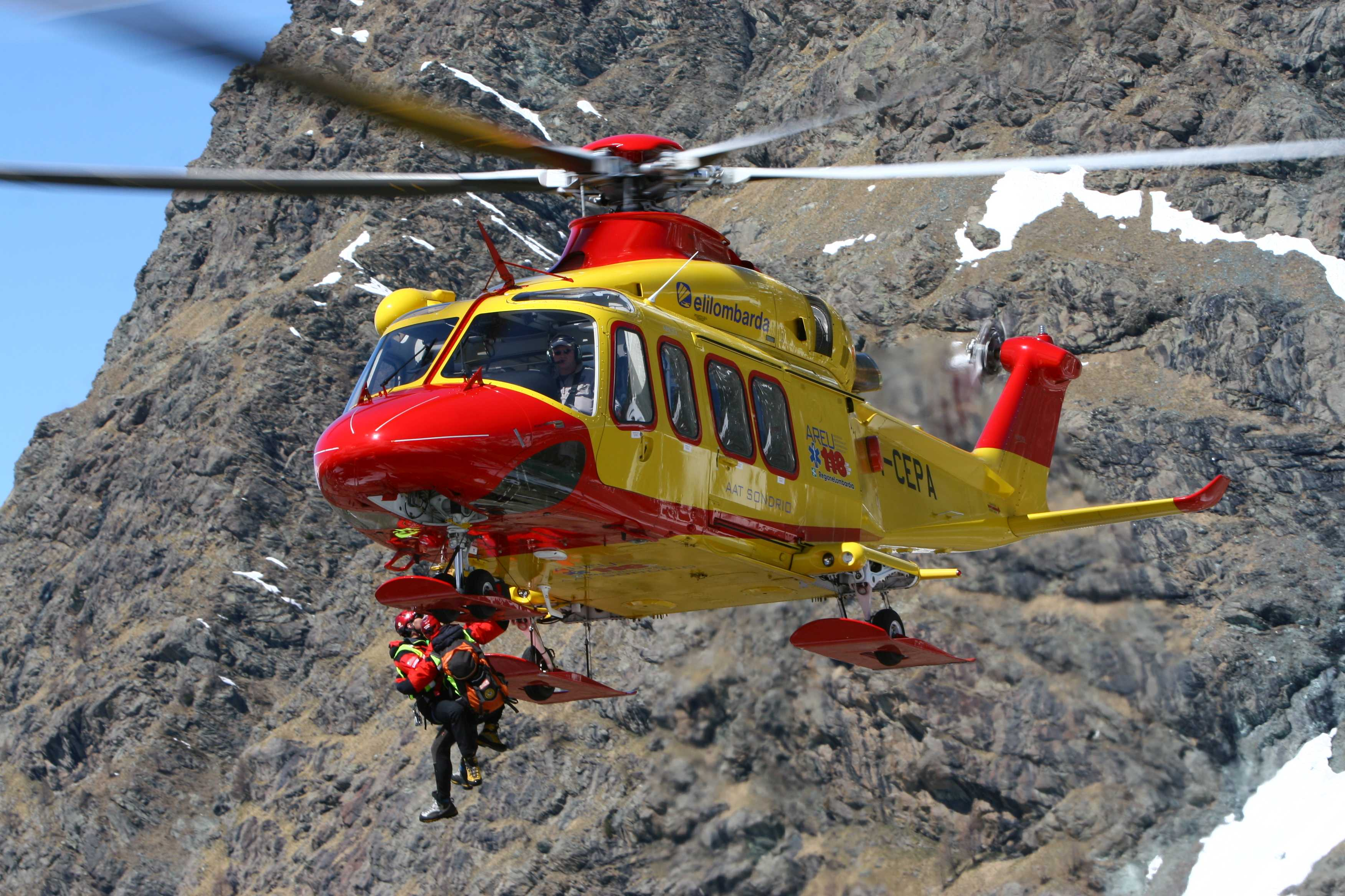 Elicottero Milano : Immagini dallelicottero azienda regionale emergenza urgenza
